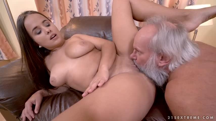 Vieil homme avec le gros pénis