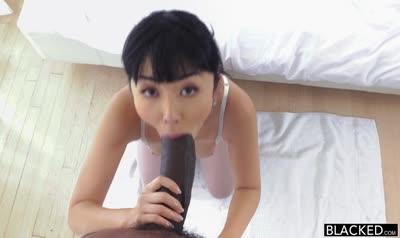 Японская девушка охотно залезла на член